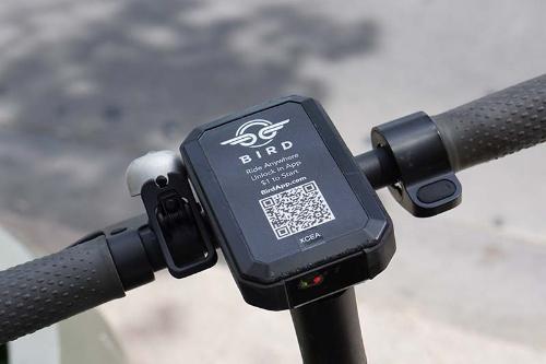 バードの電動スクーターのハンドル。右手のレバーがアクセルとして機能する
