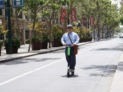 ライムの電動スクーターに乗る記者