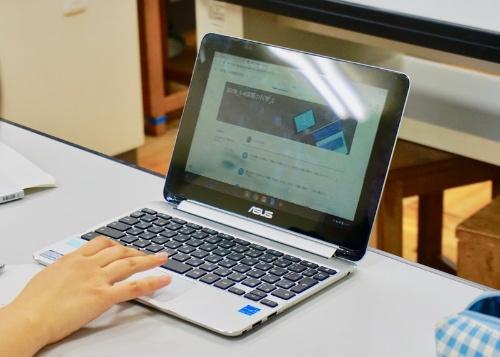 埼玉県教育委員会は2年間の検証事業を経て、Chromebookを選択した。川越南高等学校で使用しているのは「Chromebook Flip C100PA」(ASUS JAPAN)
