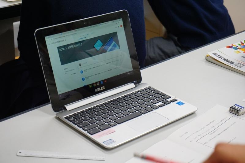 埼玉県が導入した「Chromebook Flip C100PA」(ASUS JAPAN)。ディスプレイを360度回転してタブレットスタイルにもなる (撮影:神⾕ 加代)