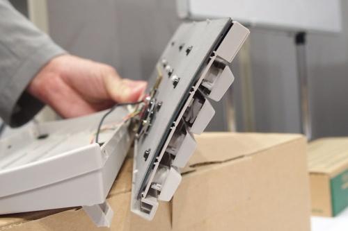 八幡氏自らが分解して見せてくれたキーボトムを支える鉄板。緩やかなカーブを描いているのが分かる