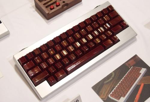 アルミ削り出しベースに、輪島塗の技法で塗装したキートップを組み合わせた価格50万円の10周年記念モデル「HHKB Professional HG JAPAN」