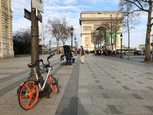 仏パリ・シャンゼリゼ通りの凱旋門近くに置かれたモバイク(2018年3月撮影)