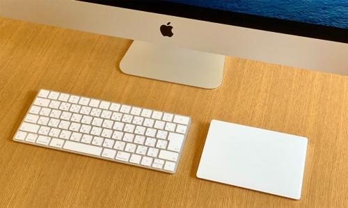 標準構成ではワイヤレスの「Magic Keyboard」と「Magic Mouse 2」が付属。筆者はトラックパッド(タッチパッド)のほうが使いやすいので、今回は自前のものを接続して試用した
