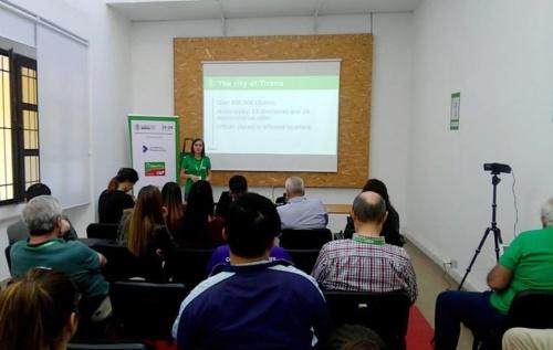 ティラナのLibreOffice移行について説明するSilva Arapi氏