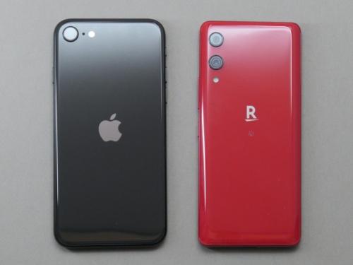 Rakuten Hand(右)は細長い形状が特徴。左は第2世代iPhone SE