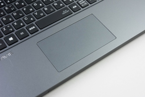 タッチパッドはそれなりに大きいが、左右のクリックボタンが独立していない