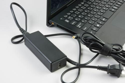 ACアダプターにUSB端子が搭載されていて、スマホの充電などに使える
