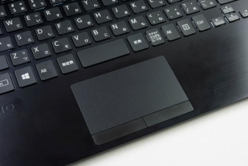 タッチパッドには左右のクリックボタンを搭載する