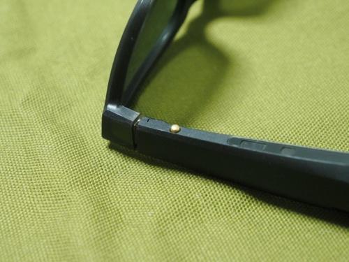 操作ボタンは右側のつる下側に装備されている。電源オン、曲の再生/停止、通話開始といった様々な操作ができる