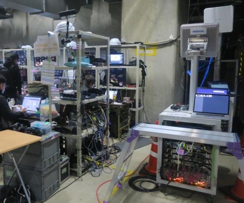 横浜アリーナの一室に設けられた通信ルーム。ノキア製の5G通信装置などが並ぶ