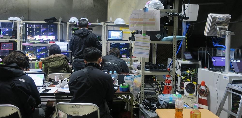 横浜アリーナに設けられた、NTTグループの通信ルーム。5Gの通信装置(写真の右側の装置)などが並ぶ