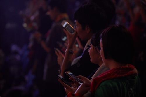 横浜アリーナで、スマホでPerfumeとやりとりするファン。会場専用Wi-Fiにだけ接続できるようにした