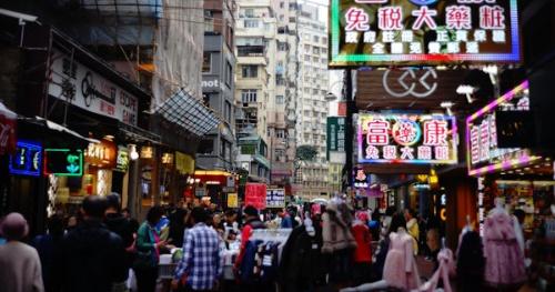 香港の街中で撮影。活気があった