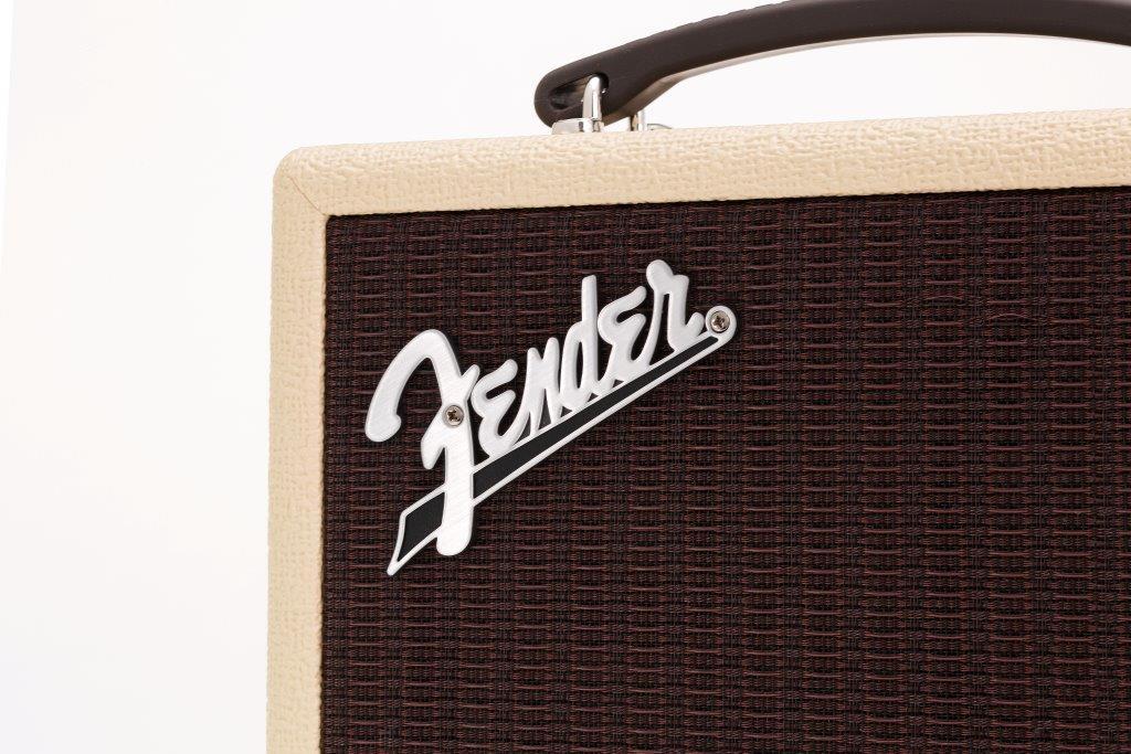 前面にはギター好きにはおなじみのフェンダーのロゴが入っている