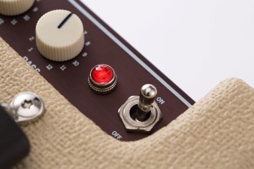 トグルスイッチを倒して電源を入れると、ジュエルランプが光る。起動音やペアリング音としてギターの音が流れ、気分を高めてくれる