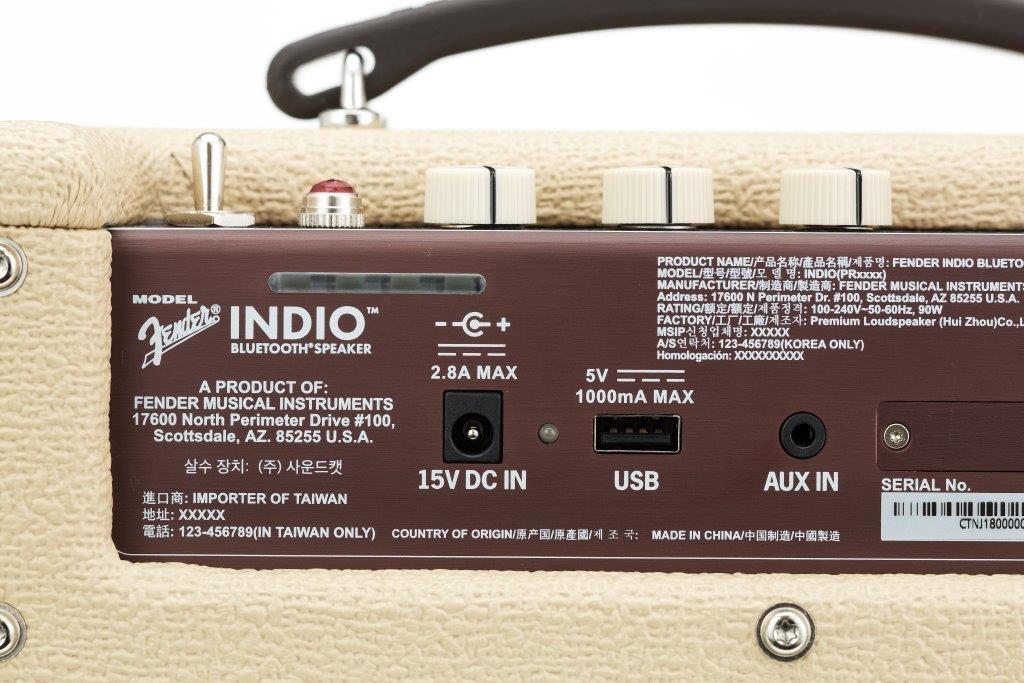 背面にはバッテリー残量を示すインジケーターやUSBポート、音声入力端子が付いている
