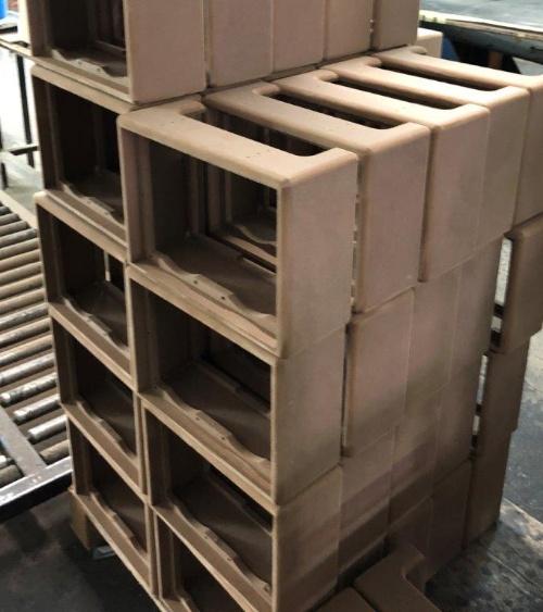 工場に積み上げられたキャビネット