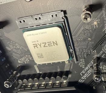 交換用パーツとして購入した米Advanced Micro Devices(アドバンスト・マイクロ・デバイス、AMD)のCPU「Ryzen 5 5600X」