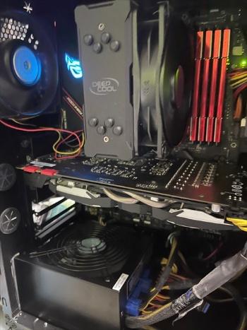 自作パソコンの内部。PCケースや電源ユニット、HDDは以前のパソコンから流用できる。CPUとマザーボード、メモリーを交換すれば、最新のパソコンに変身する