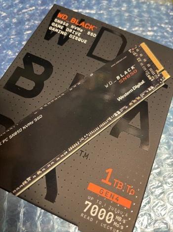 交換用パーツとして購入した米Western Digital(ウエスタンデジタル)のSSD「WD BLACK SN850シリーズ 1TB NVMe(WDS100T1X0E)」のパッケージ。「M.2端子」に対応する基板タイプのSSDが主流だ