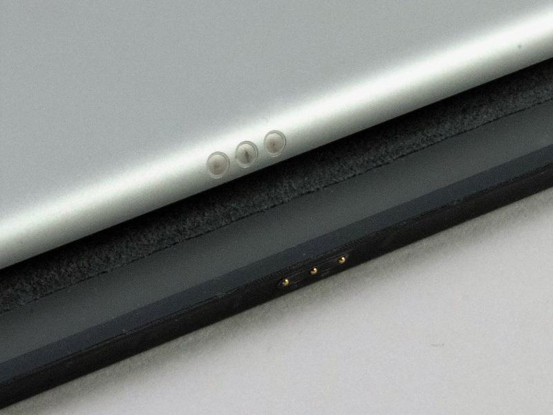 iPadとは「Smart Connector」でハードウエア的に接続する