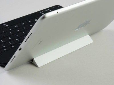 付属のスタンドを利用すれば、iPadを立て掛けることもできる
