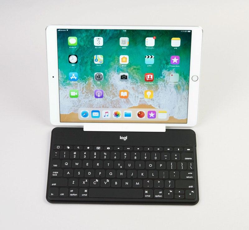 付属のスタンドは別途持ち歩くタイプだが、iPadを切り離して使えない