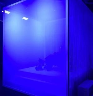 黒い椅子が半透明のカーテンで仕切られた箱型の空間の中央に置かれている。体験中は独りになる