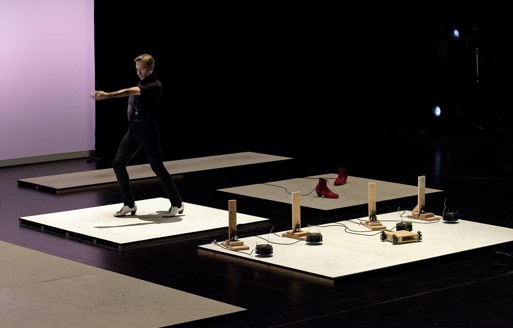 フラメンコダンサーとAIを組み込んだ機械との競演 (出所:山口情報芸術センター)