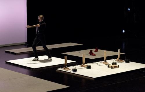 フラメンコダンサーとAIを組み込んだ機械との競演