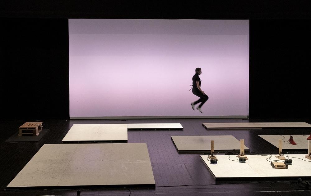異なる床面を高くジャンプしながら移動するガルバン氏。脚力の強さを感じさせる (出所:山口情報芸術センター)