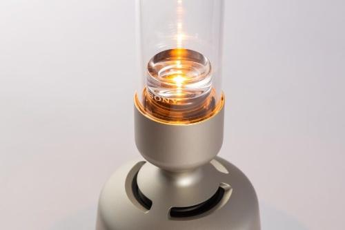 LEDの光をレンズで広げて炎のように見せている。明るさは調整でき、消して使うこともできる。ソニーのロゴが控えめで目立たない