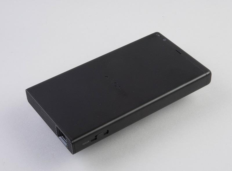 スマホのように薄くてコンパクトなモバイルプロジェクターだ