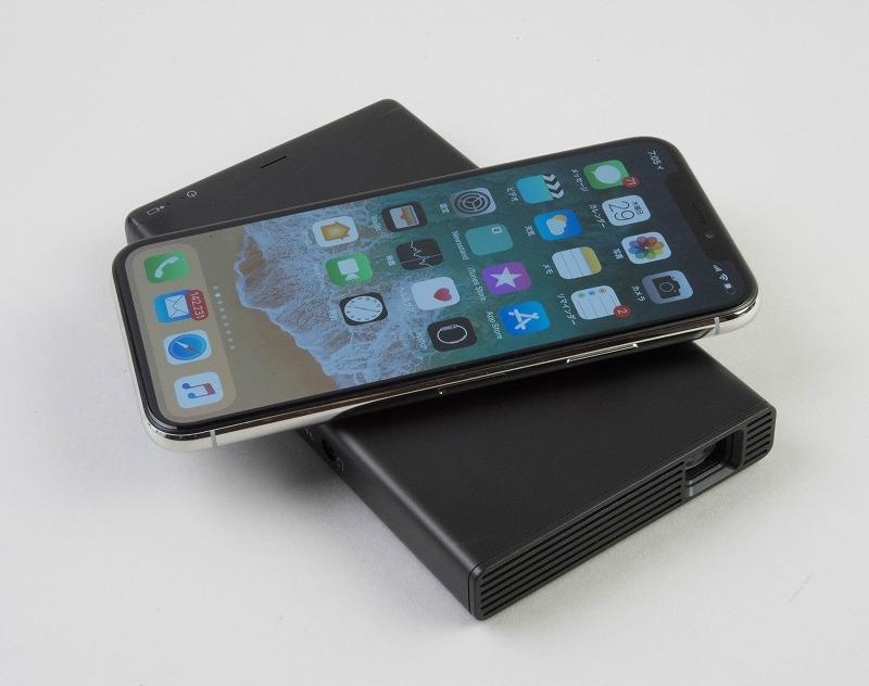 iPhone Xとサイズを比較。二回りほど大きい程度