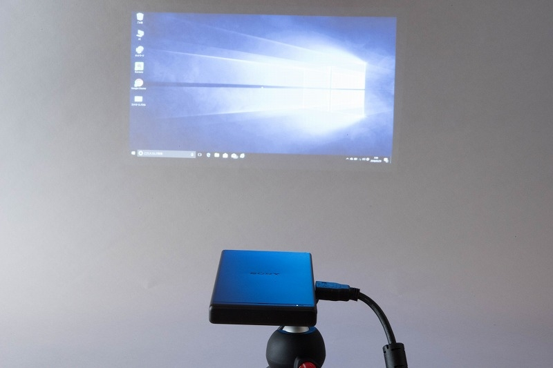 パソコンの画面を投影した。使い方は一般的なプロジェクターと同じだ