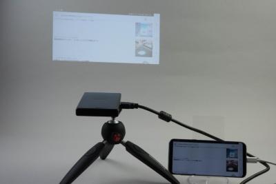 スマホの画面を投影。使いやすいのだが、そもそもワイヤレスで接続できないスマホは操作するときにケーブルがちょっと邪魔