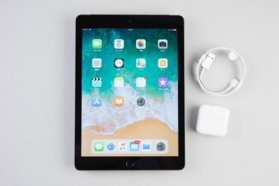 3月に発売された新iPad。付属品はケーブルとACアダプター。Apple Pencilは別売だ