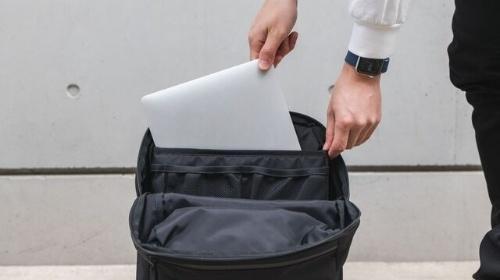 ノートパソコン用に背面の別収納が用意されている