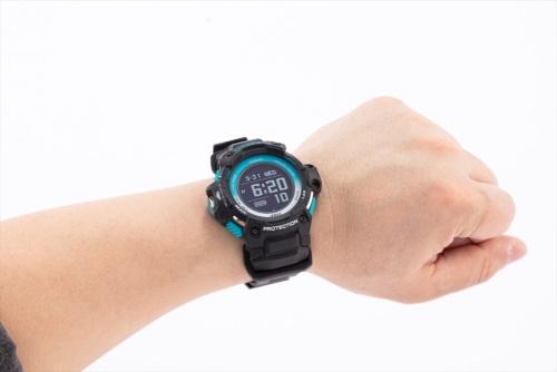 モーションセンサーのデータをモニターできる、G-SHOCKシリーズの腕時計「GSR-H1000AS-1JR」。充電式で充電ケーブルが付属する