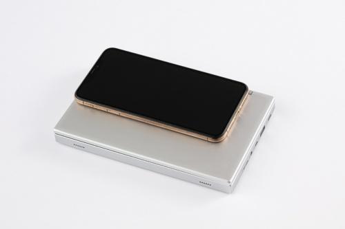 6.5型の「iPhone Xs Max」と大きさを比較した。大型スマホと比べても一回り大きい程度。小さいカバンにも入れられる