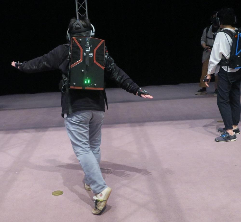 筆者は仮想世界のダンサーをまねて、一緒に体を動かし踊ってみた