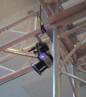 参加者の動きを記録するモーションキャプチャーのカメラが合計16台、体験スペースの周囲に設置されていた