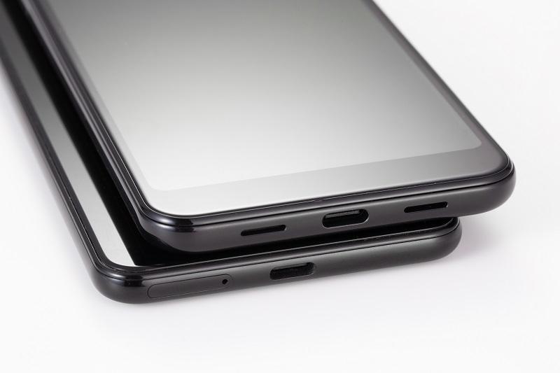 端子はUSB Type-C(USB2.0)。スピーカーは、前面についているPixel 3と違い、下部についている (写真:スタジオキャスパー)