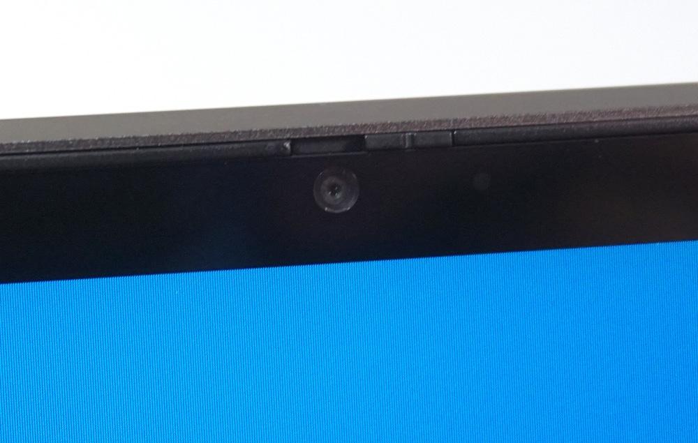 ここ数年のノートPCは、ディスプレーの上に小さなカメラとマイクを内蔵していることが多い。