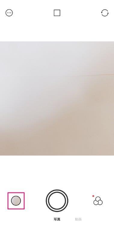 Foodie起動時の画面。左下の赤枠で示したボタンをタップすると、撮影済みの写真を選択できる (筆者撮影)
