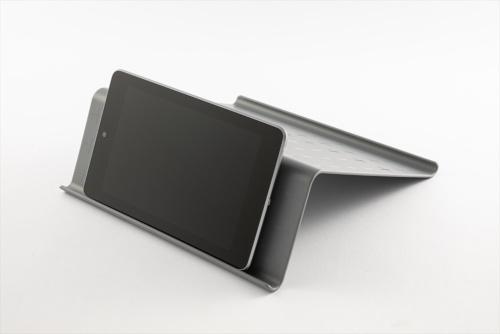 面積の狭い面にタブレットを載せると、約60度の仰角となり、机上での動画鑑賞に向く