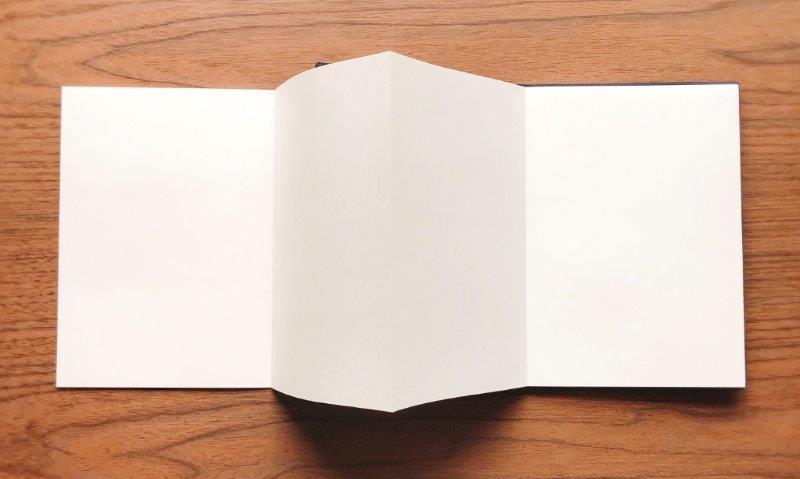 山櫻の「アコーディオンノート」。価格は650円(税別)。ノート面はA5サイズは無地のみ。A4サイズは無地と3mm方眼の2種類から選べる