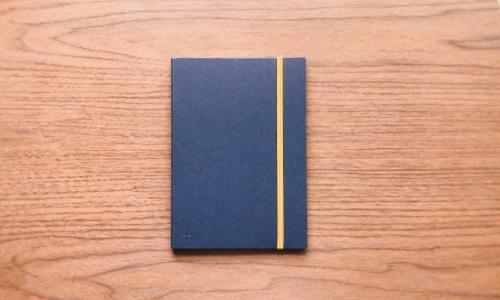 アコーディオンノートを持ち運ぶ際のサイズは普通のノートと変わらない。写真はA5サイズ。カバーの色柄は合計5種類
