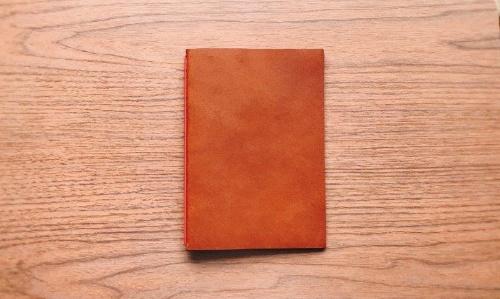 イリモノデザイン製作所の「裏紙ノート」。価格はA6文庫本サイズは2500円、A5サイズは3200円(ともに税込み)。写真はA5サイズのブラウン